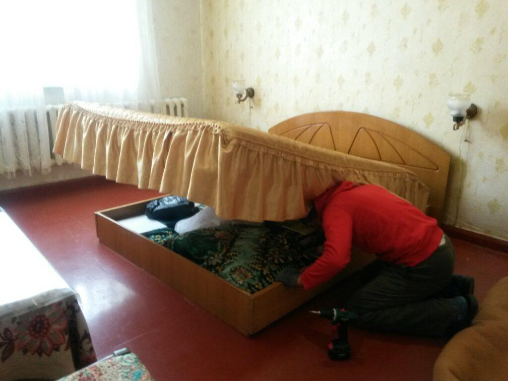 сборщик разбирает кровать