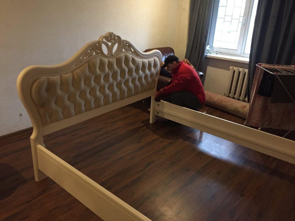 сборщик собирает кровать